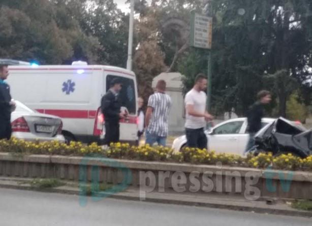 Пристигна и брзата помош: Сообраќајка кај Универзитетска библиотека, учестуваа три возила (ФОТО)