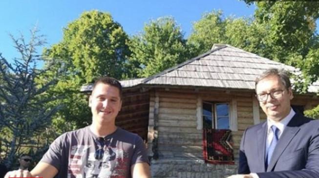 Вучиќ со синот пред куќата на Гаврило Принцип (ФОТО)