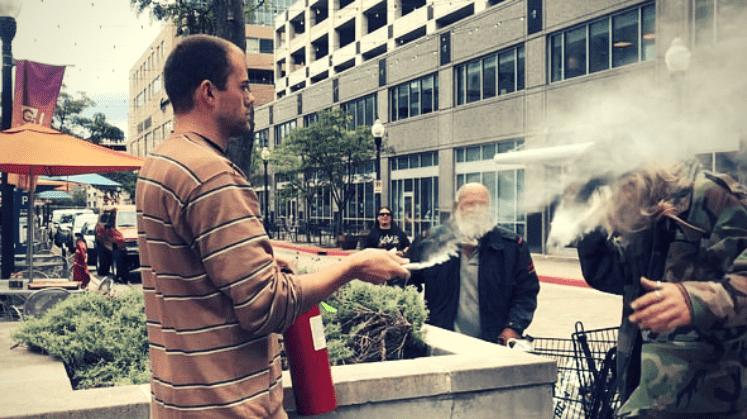 Сопственик на ресторан вознемирен од пушач, го испрска во лице со противпожарен апарат (ВИДЕО)