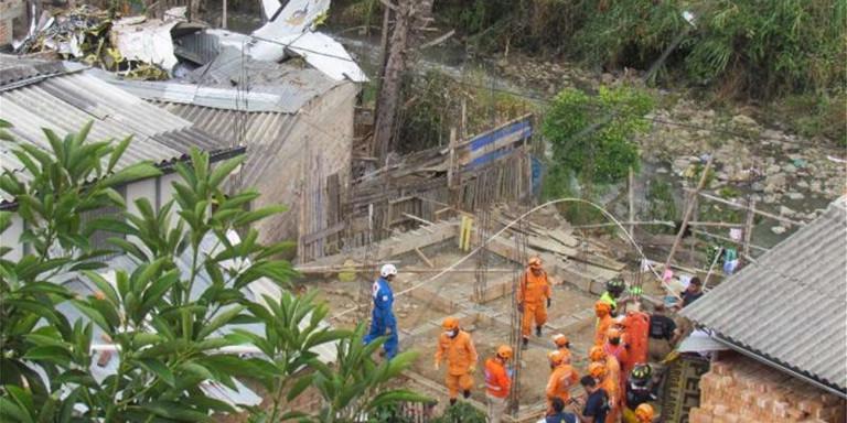 Авион се урна во населба, најмалку седуммина загинати