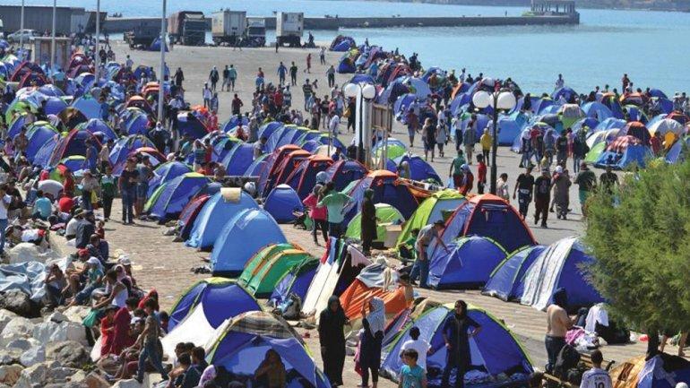 Можна ли е нова мигрантска кризa: Грчките власти префрлаат бегалци од преполнетите острови
