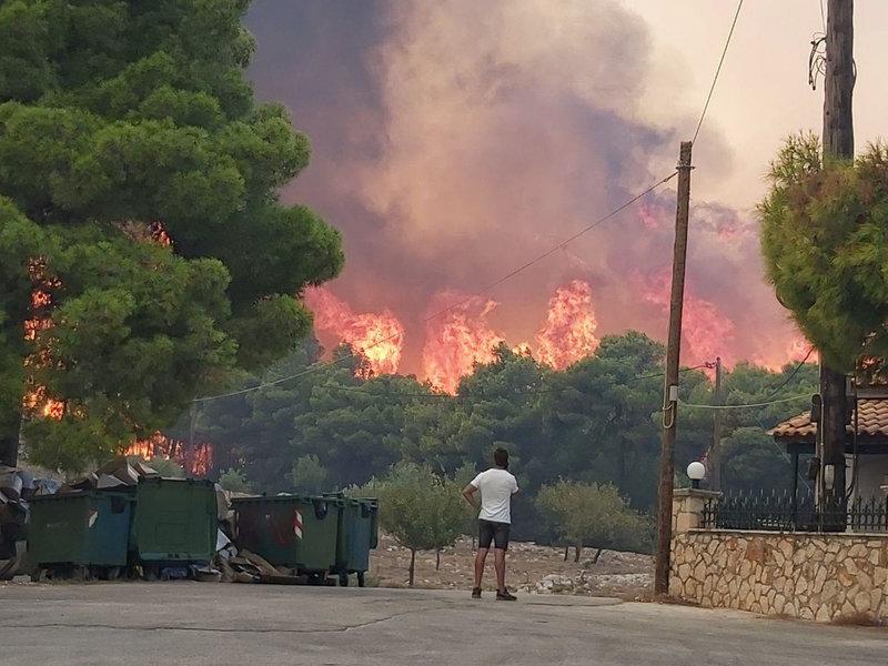 Пожарот на Закинтос надвор од контрола, наредена евакуација