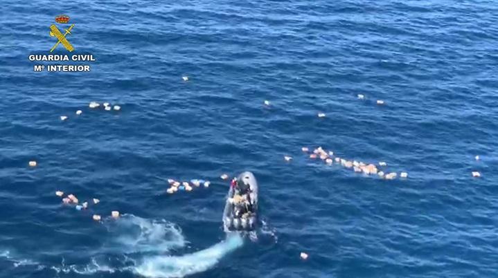 Шверцери на дрога се судриле со полициски брод по што ги спасувале полицајците од морето