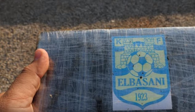 """Со лого на фудбалскиот клуб: """"Елбасан дрога"""" од Бразил требало да стигне во Албанија (ВИДЕО)"""