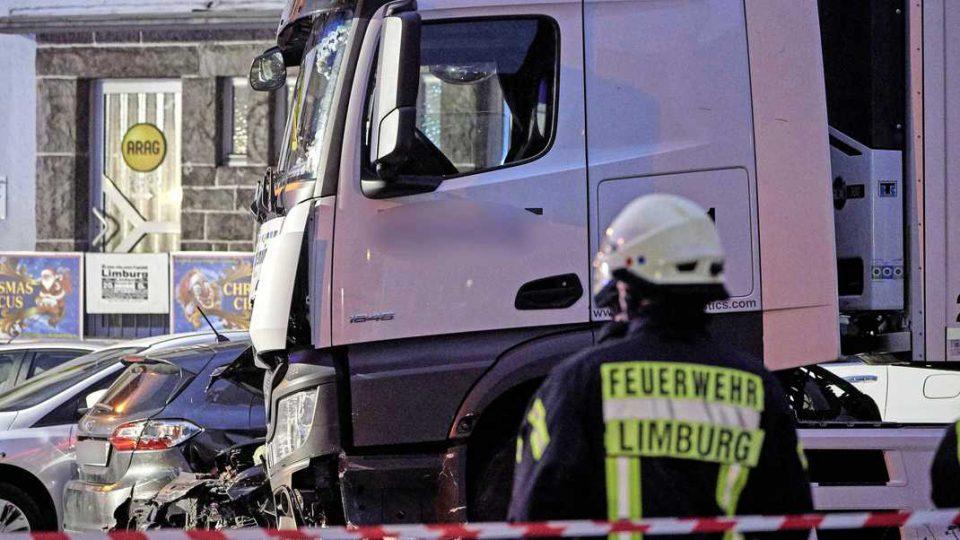 Камион удри во осум автомобили во Германија – 17 повредени (ВИДЕО)
