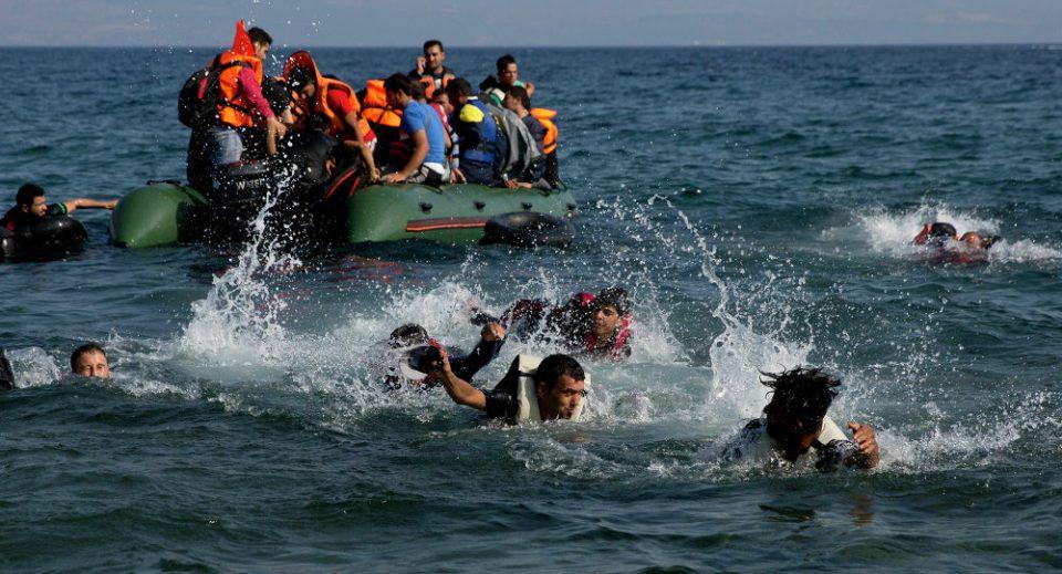 Жители на Лезбос со камења сопреа брод со мигранти да се закотви на островот