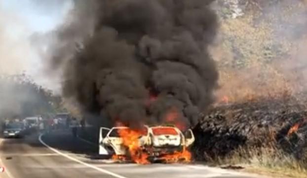 За малку ќе изгореа живи: Целосно изгоре автомобил во кој имаше брачен пар со деца (ВИДЕО)
