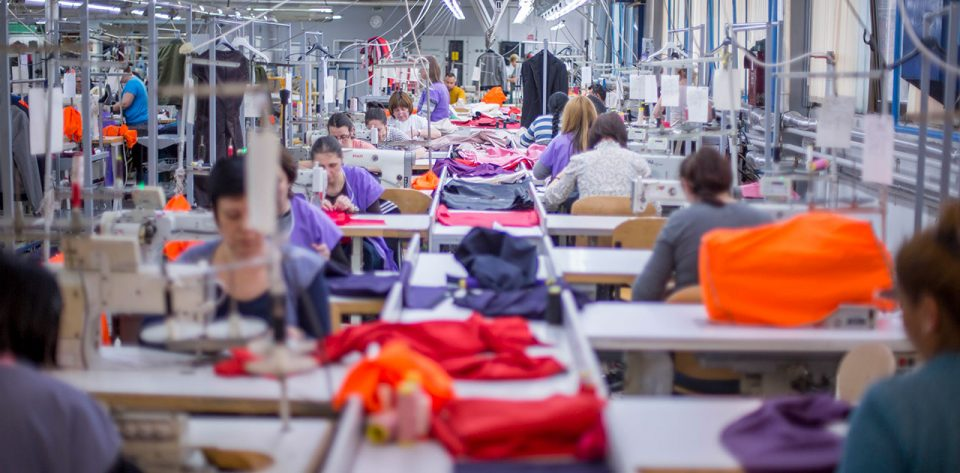 Повеќе од 3.500 штипски текстилни работници на колективен одмор поради доцнење на државната помош