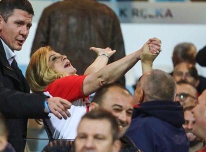 Потегнала ли некоја чашка: Kолинда весела на стадион