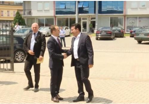 Уште еден миленик на Заев заврши зад решетки: Му ја сечеше лентата во Визбегово, ќе го посети ли во Белград