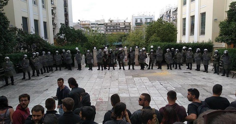 Полицијата со солзавец ги нападна студентите на Економскиот факултет во Атина (ВИДЕО)