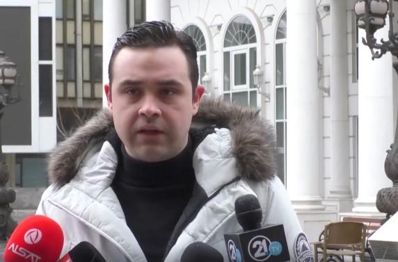 """""""Како је лепо бити глуп"""" ечеше пред ВМРО-ДПМНЕ додека Костадинов даваше изјава"""