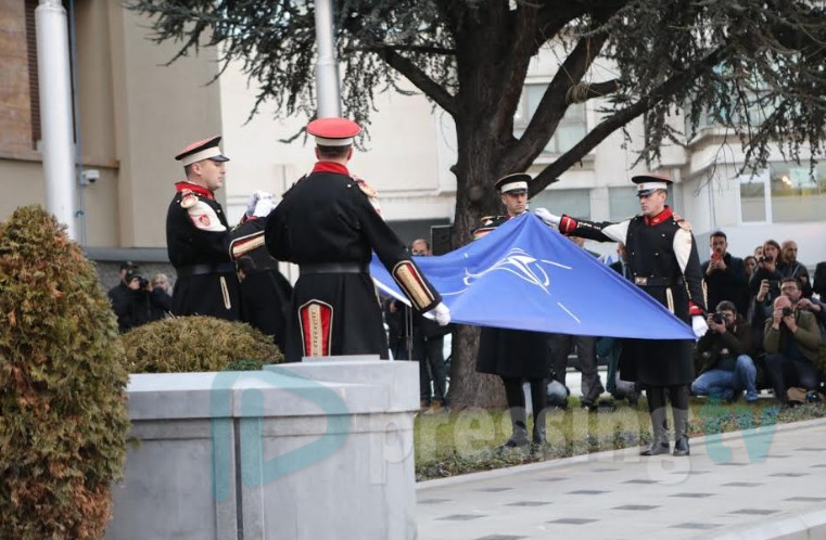 НАТО знамето кренато пред македонското Собрание (ФОТО)
