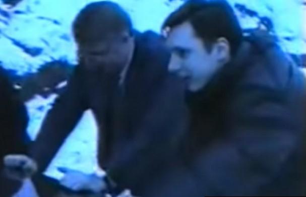 Шешељ и Вучиќ туркаат возило да го извадат од снег (ВИДЕО)