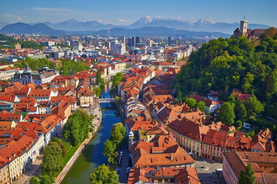 Во Словенија за една година се одложува плаќањето на кредите на компаниите