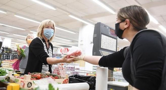 Во Австрија бараат тие што работат под маски и паузата да им биде платена
