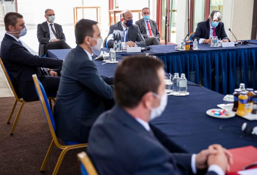 Сите лидери загрижени за здравјето на луѓето, само Заев за изборите