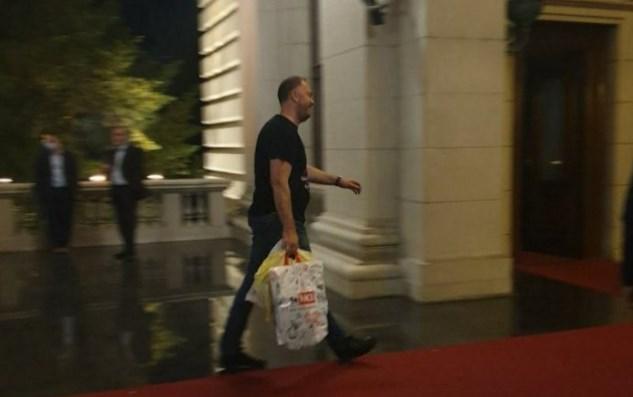 Полни кеси храна: Лидерот на српската опозиција штрајкува со глад (ВИДЕО)