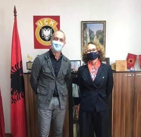 Граѓаните шокирани од позирањето на Шекеринска со знамето на УЧК