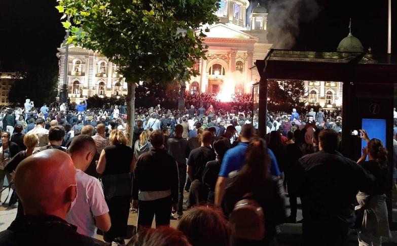 Повик за протест во Србија: Понесете бензин во стаклено шише, палете се што е полицицко