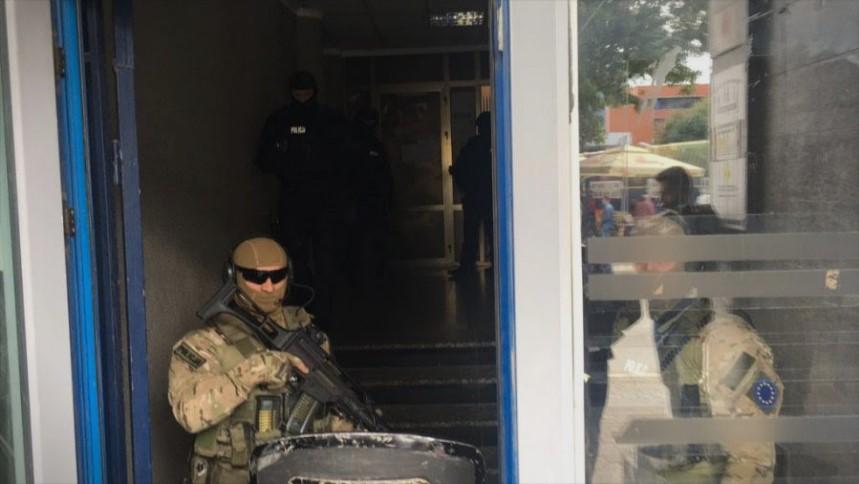 Еулекс во канцелариите на ветераните на ОВК: Најавени нови апсења