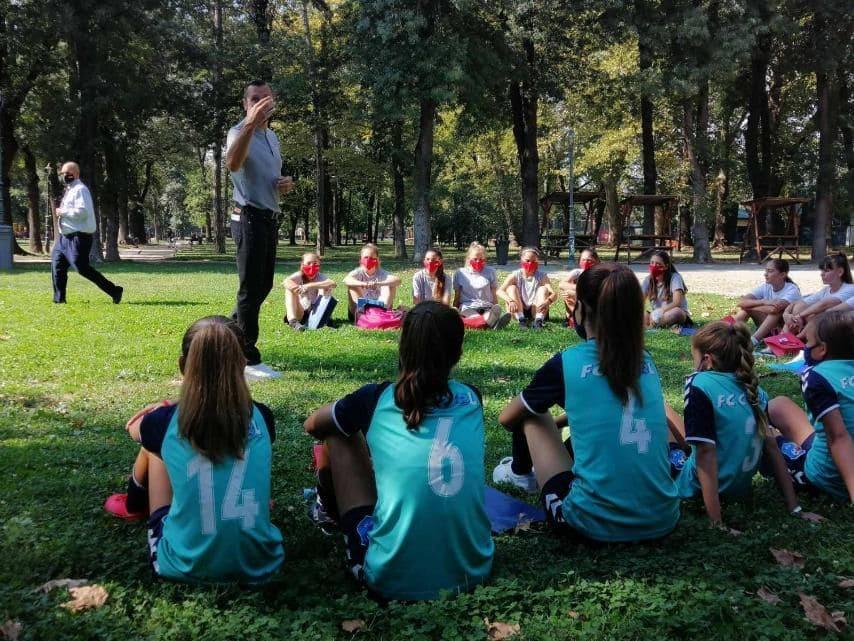 Девојките на ЖФК Кул на средба со селекторот на светските прваци во женски фудбал, Македонецот Влатко Андоновски