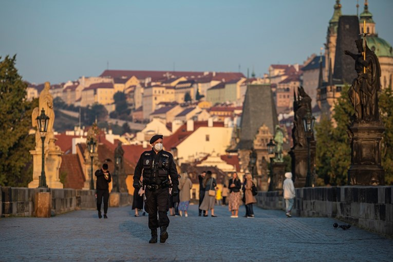 Во Чешка можно е воведување на уште построги мерки: Болниците се преполни со ковид болни