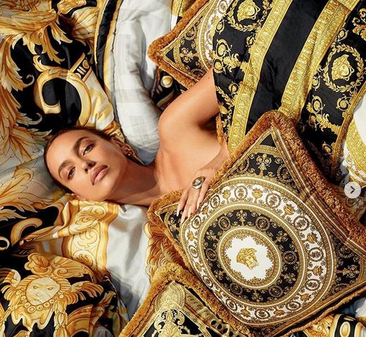 Ирина Шајк гола во градината на Версаче