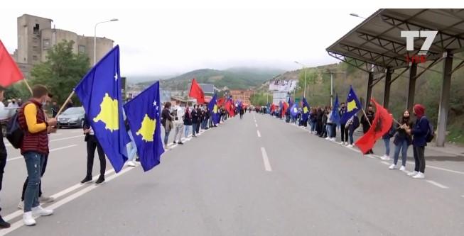 Албански знамиња на испраќањето на косовската репрезентација за Скопје (ВИДЕО)
