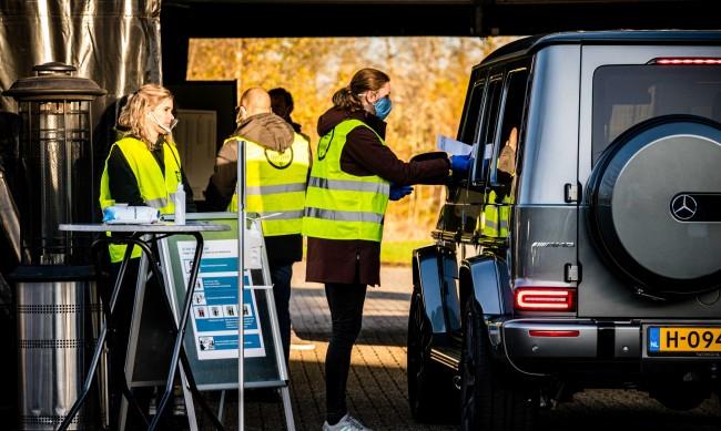Во Холандија на локални избори гласаат од својот автомобил