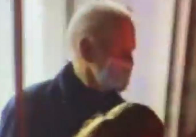 Се појави снимка од Бајден: Ја напушти болницата, има фрактура на стапалото и ќе мора да носи гипс