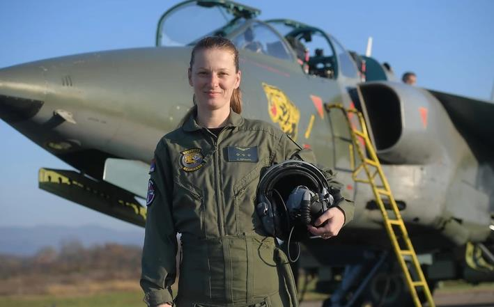 """Србија ја доби првата жена пилот на борбениот авион """"Орел"""""""