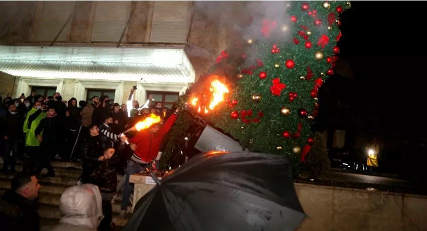 Полицијата спречи влегување на демонстрантите во зградата на владата во Тирана