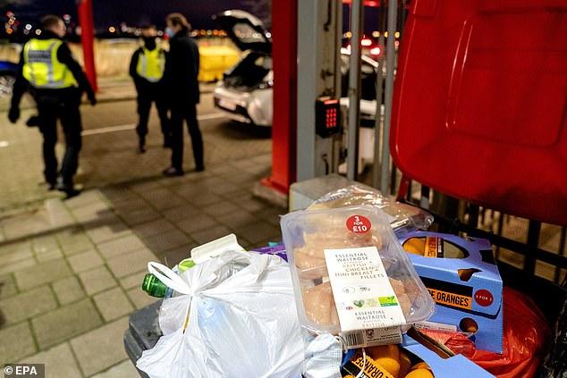 Поради Брегзит холандската полиција им ги запленува сендвичите на британските возачи
