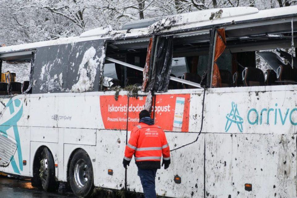 Во Хрватска излета автобус и се преврте, повредени се осум патници
