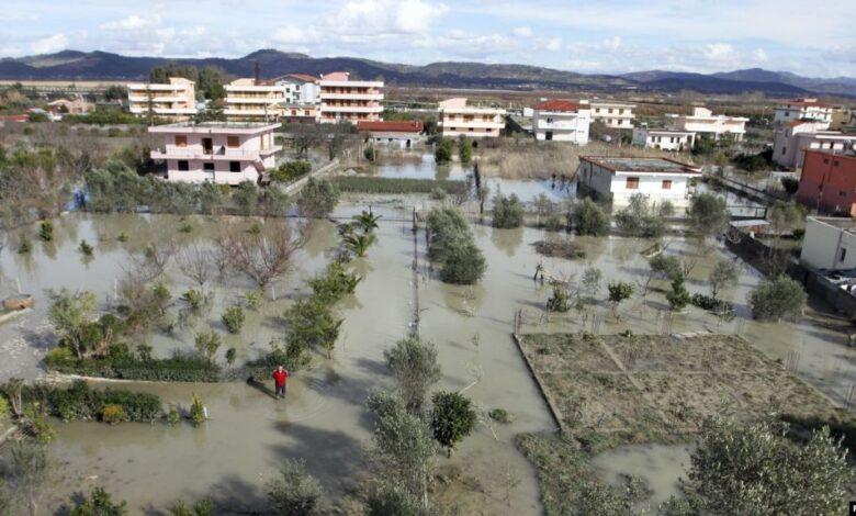 Поплави во Албанија, во отсечените делови војската доставува храна