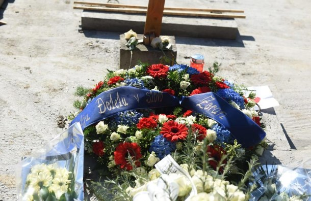 Балашевиќ погребан само од семејството и тамбурашите (ФОТО)