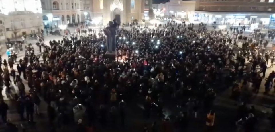 Нови Сад со силен аплауз се збогува со Балашевиќ-знамињата на половина копје