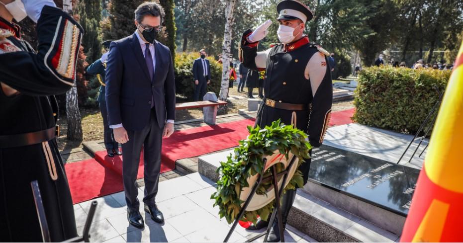 Пендаровски положи цвеќе на гробот на претседателот Борис Трајковски и на загинатите членови на делегацијата