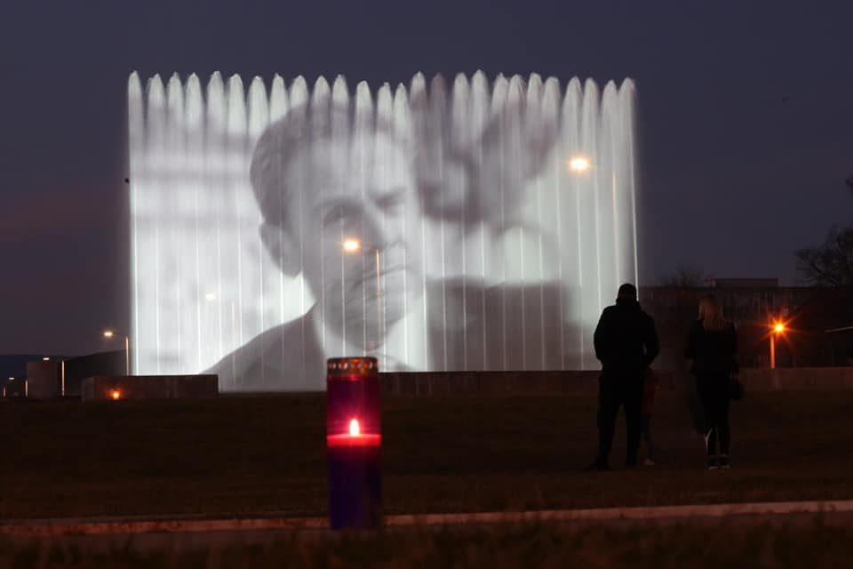 Фонтаните во Загреб oсветлени во чест на покојниот градоначалник