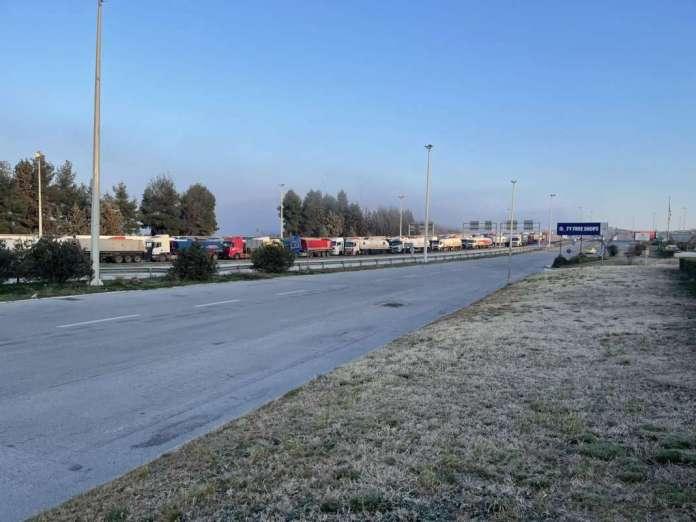 Грчките превозници го блокираа Евзони поради рестриктивните мерки