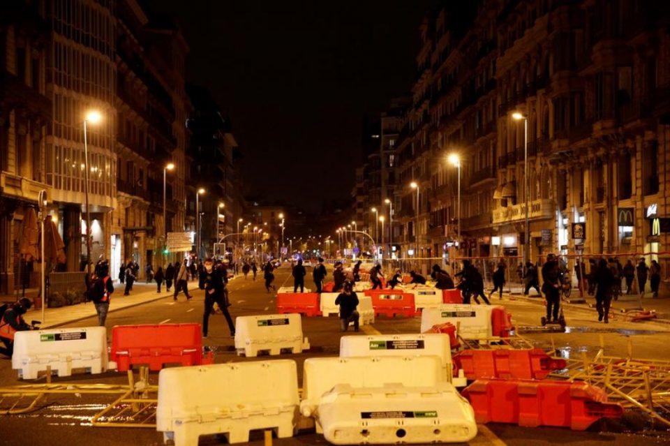 Повторно насилни протести во Барселона поради апсењето на раперот