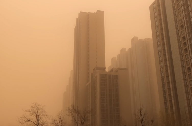 Пекинг покриен со густа кафеава прашина