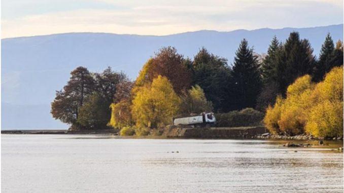 Поднесена кривична пријава за фрлање градежен шут и земја од ископ на темели во Охридското Езеро