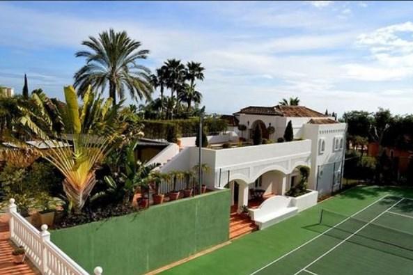 Ноле не може без тениски терен и во новиот дом во Шпанија (ФОТО)