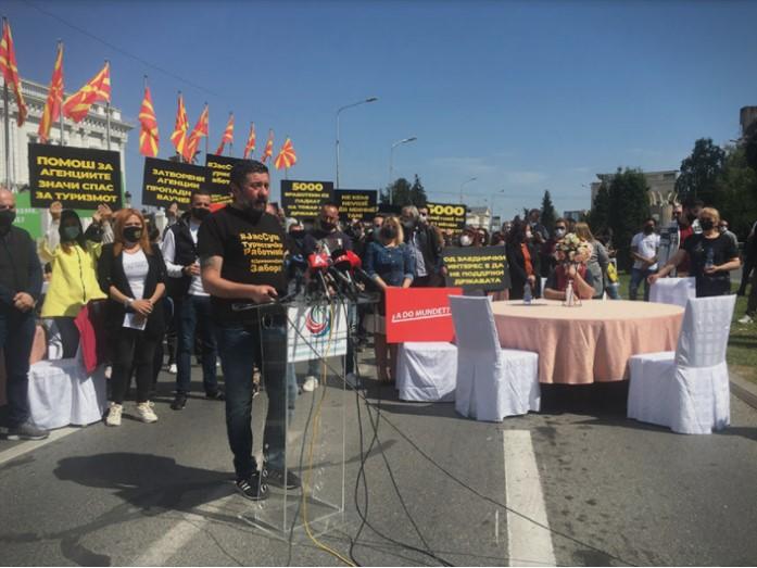 Угостителите револтирани од власта ,најавата за отворање на терасите не ги спречи и денеска да протестираат