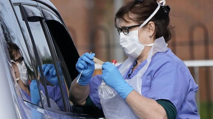 Англија бесплатно ќе ги тестира граѓаните за коронавирус двапати неделно