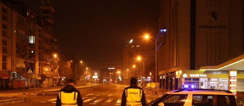 Mаските и полицискиот час од полноќ останаа