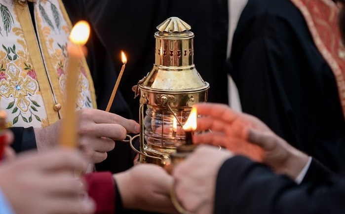 Вака изгледа Светиот оган донесен од Христовиот гроб