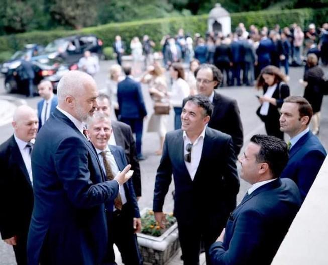 Заев, Димитров и Османи гледаат во Рама како во Господ (ФОТО)